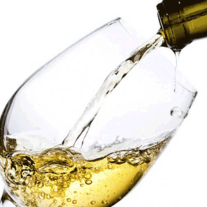 vino bianco versato in un bicchiere